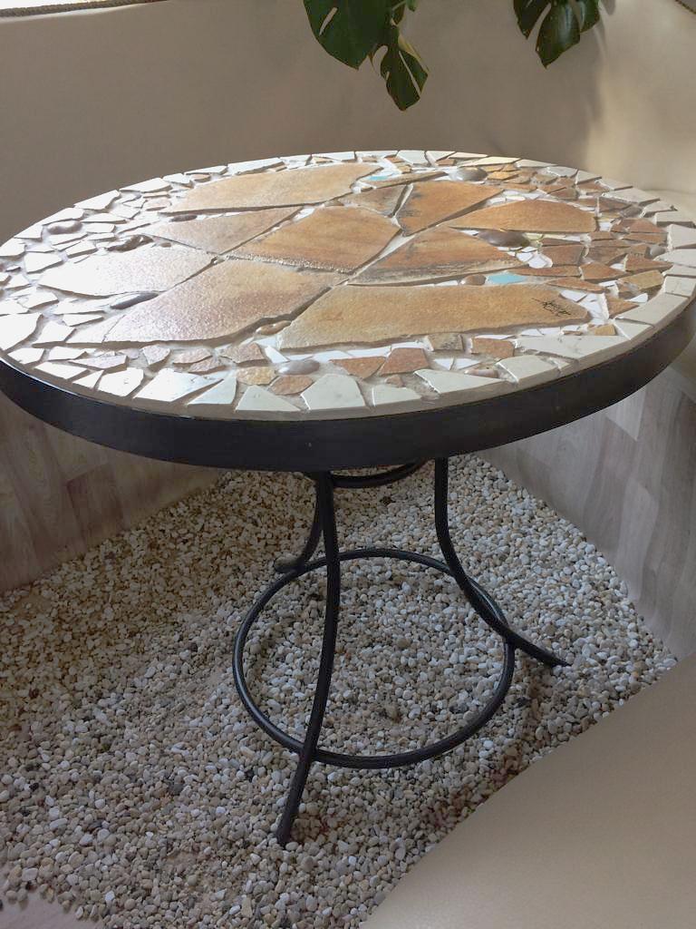 Unikate, robuste Tischplatte aus Travertinsteinen und Sollnhofer Fliesenbruchstücke im LandhausLook